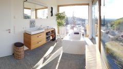 Ferienvilla in Bühlertal - großzügiges Bad mit freistehender Badewanne und Blick in die Rheinebene